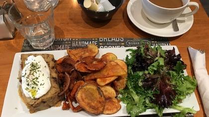 Terrine au champignon, pomme de terres frites et salade,