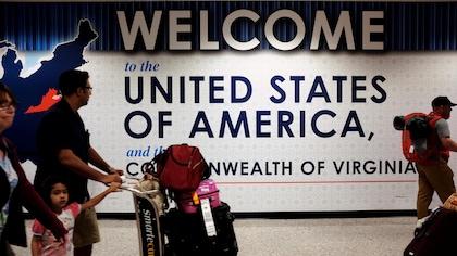 Une famille qui vient de passer les douanes de l'aéroport international de Washington-Dulles, situé à Dulles en Virginie.