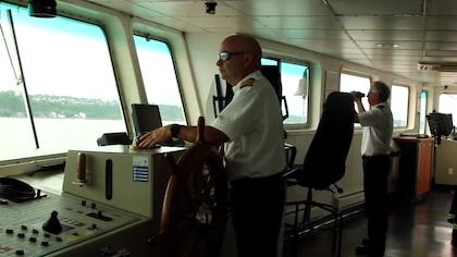 Le capitaine dans sa cabine aux commandes du traversier