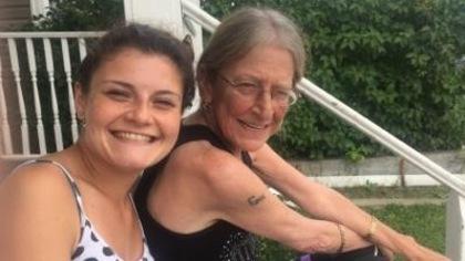 Jeanna-Anne Bérubé, tout sourire, pose avec sa petite-fille Tina.