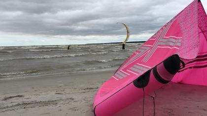 Kitesurfing rose sur la plage