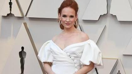 La jeune femme est en robe blanche.