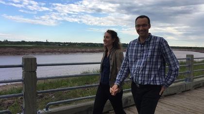Marion et Michaël main dans la main au bord de la rivière Petitcodiac