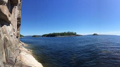 Le rocher abrupt au bord du lac.