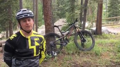 Portrait de Sylvain dans la forêt à côté de son vélo