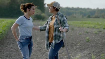 Marie-Luce et Julie qui jasent en prenant une marche.