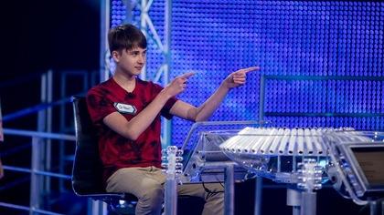 Il pointe les doigts devant lui.