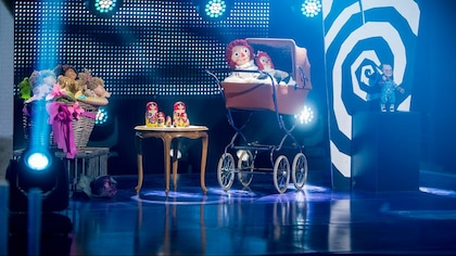 Des poupées bout'choux, des poupées russes, des Raggedy Ann et une poupée Chucky sur un plateau télé.