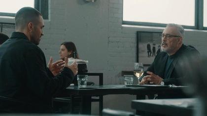 Ils sont à table au restaurant.