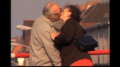 Un homme et une femme s'embrassent.