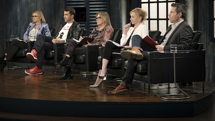 Les dragons investisseurs sont assis dans des fauteuils en cuir noir.