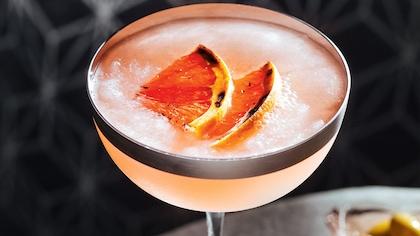Le cocktail est décoré de tranches de pamplemousse
