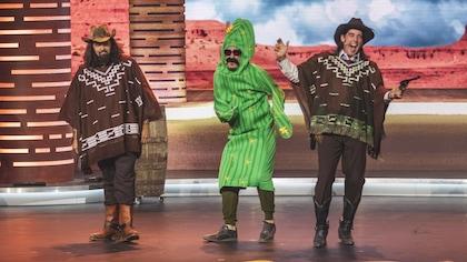 ils sont habillés en cow-boys et un autre est déguisé en cactus.