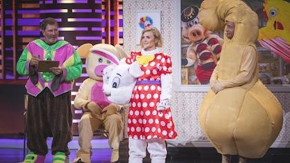 ils portent tous les trois des costumes de mascottes. Mario Tessier est déguisé en pénis géant.