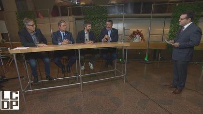 Les quatre candidats sont assis à une même table dans les studios de Radio-Canada.