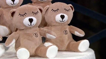 Cinq oursons en peluche Moka sont disposés sur une table.