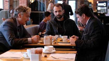 Les comédiens mangent un déjeuner dans un restaurant.