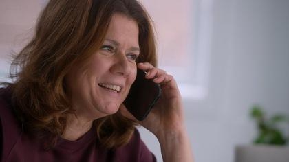 Marina Orsini discute au téléphone.
