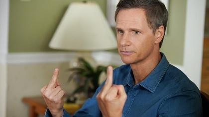 François qui fait des doigts d'honneur.