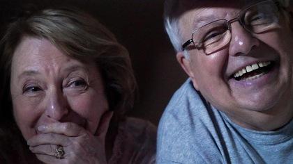 Rollande et Jean-Pierre qui rit en regardant par la fenêtre.