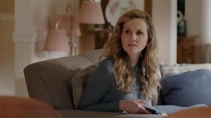 Judith envoie un texto à son frère.