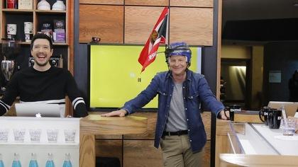 André Robitaille porte un casque de hockey muni d'un drapeau des Sénateurs d'Ottawa.