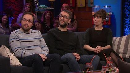 Ils sont assis sur un canapé avec un participant de Silence on joue!