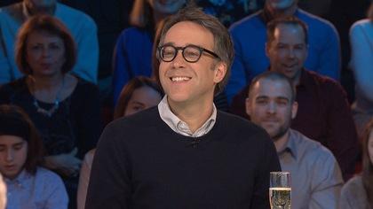 Le comédien, souriant, sur le plateau des Enfants de la télé.