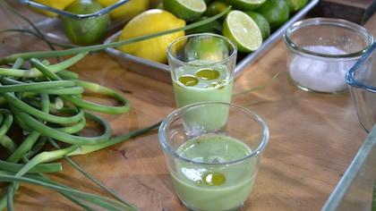 Soupe fraîche de concombre au yaourt et à l'huile d'olive