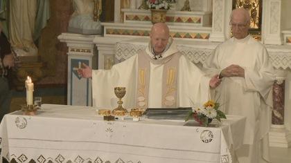 Le prête dit la messe