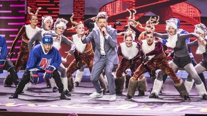 Il est sur scène avec des danseurs habillés en loups, en daims ou en joueur de hockey.