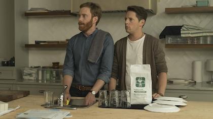 Éric et Kevin sont derrière le comptoir de cuisine, l'air étonné.