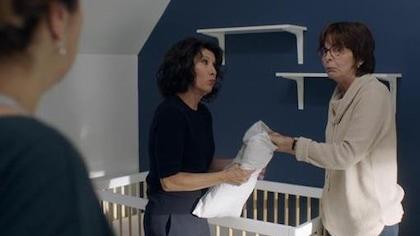 Les comédiennes dans la chambre du bébé.