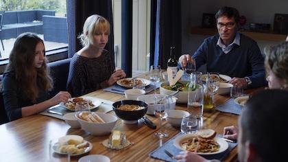 La famille de Sophie est à la table.