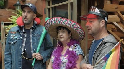 Les trois humoristes déguisés avec boas, chapeaux et casquettes