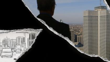 Un homme de dos regarde une ville.