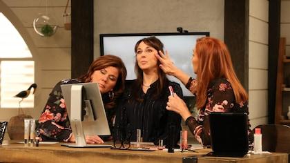 Une femme étend un produit sur le visage de l'autre.