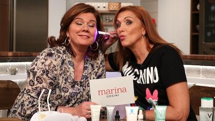 Lyne vient d'appliquer des soins sur la peau de Marina.