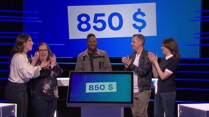 Les gens applaudissent et le montant de 850$ est inscrit derrière eux.
