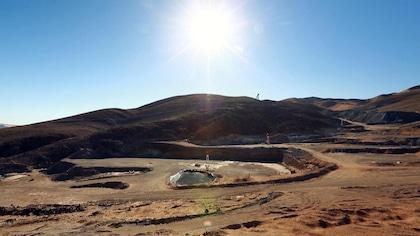 Le mine sous un ciel bleu.
