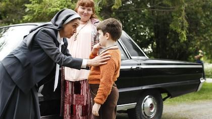 Sœur Noëlla est penché sur Olivier et lui parle