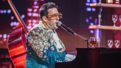 L'homme déguisé en Elton John au piano