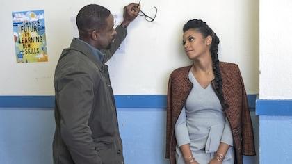 Randall et Beth sont appuyés sur un mur. Ils se sourient.
