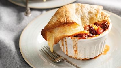 Le chili est dans un ramequin déposé dans une assiette.