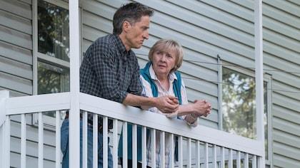 Ils discutent, accoudés sur le rebord du balcon.