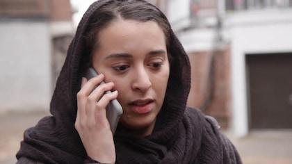 Sassan parle au téléphone.