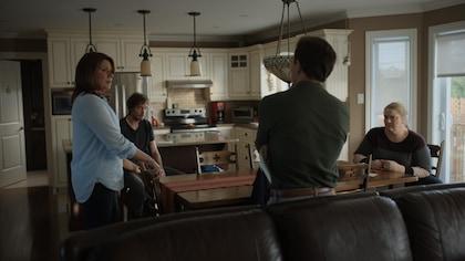 Marina Orsini dans une cuisine avec ses enfants dans l'émission Une autre histoire.