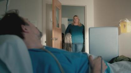 Vincent Graton est dans un lit et Debbie Lynch-White est dans un cadre de porte.