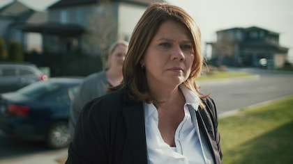 Debbie Lynch-White est derrière Marina Orsini dans une scène d'Une autre histoire.