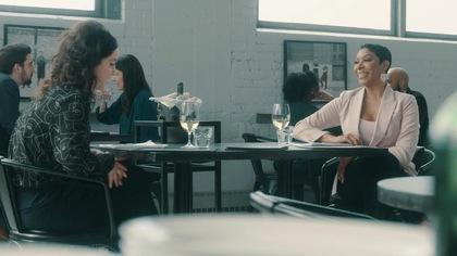 Elles sont à table au restaurant.